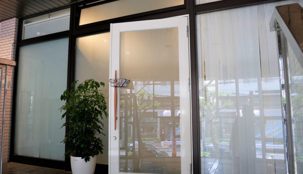 階段を上った正面が入口です。ガラス張りですが、外からは店内が見えないようになっています。