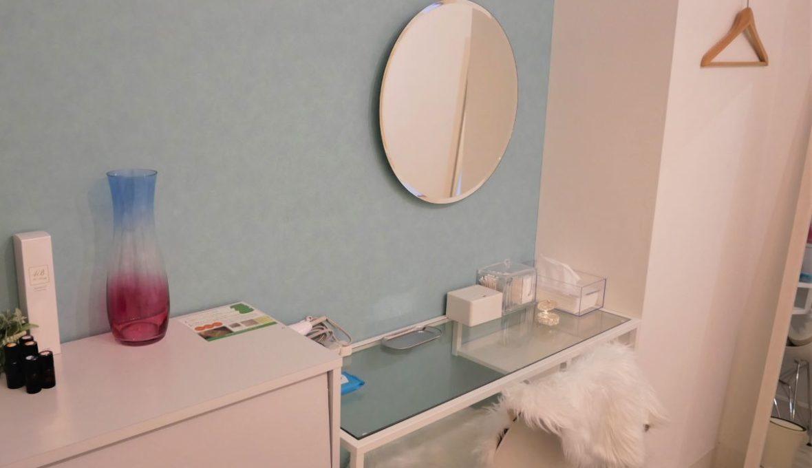施術後にお化粧直しができるように化粧スペースもございます。施術後にご飯やショッピングにも行くことができます。